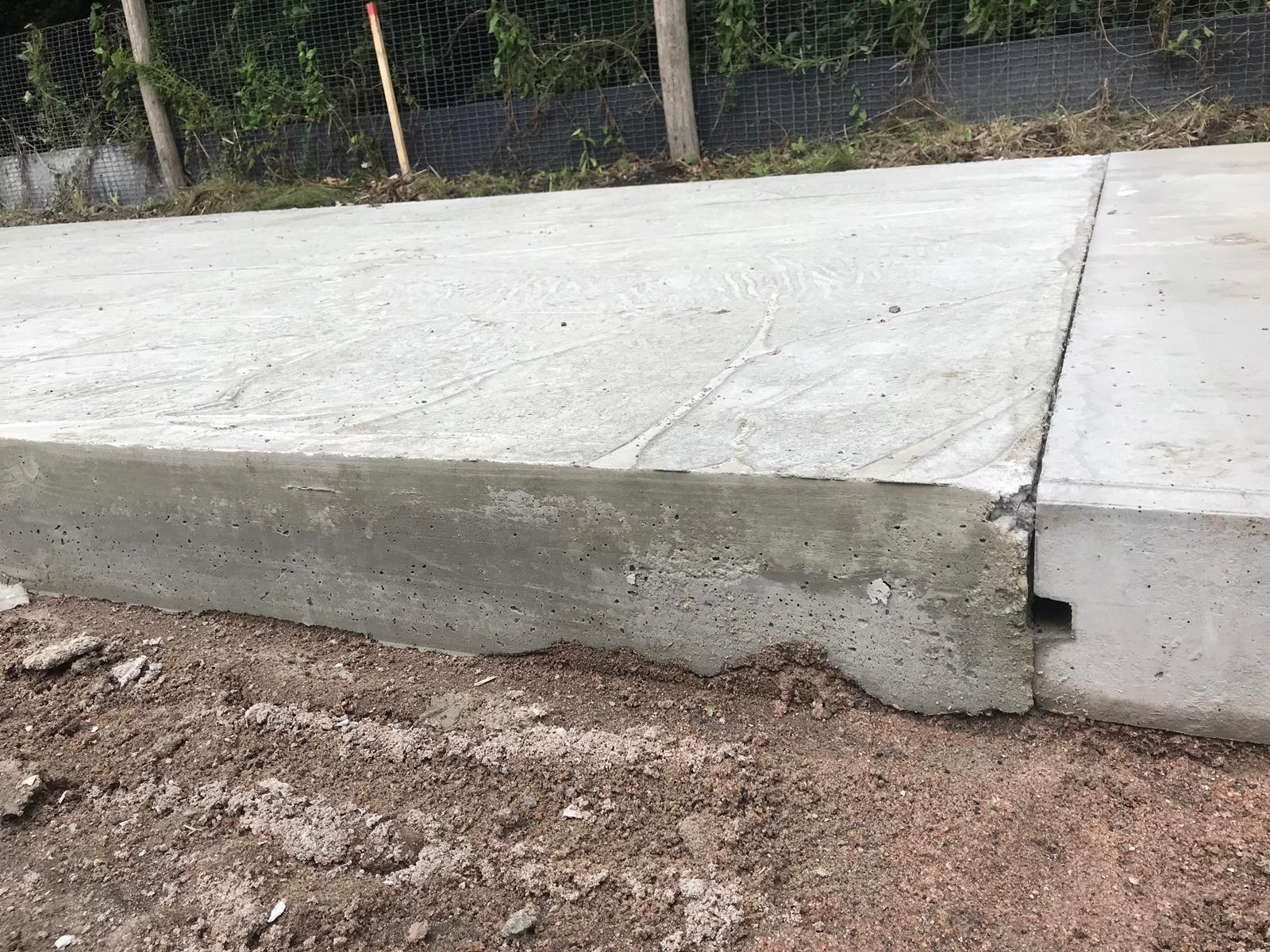 aansluiting-prefab-gekoppelde-fietspadplaten-op-stortbeton-beiden-circulair-en-biobased-beton