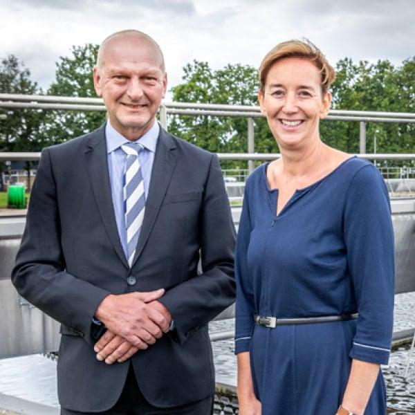 Bestuurslid Toine Poppelaars en duurzaamheidsmanager Meinke Schouten van de Unie van Waterschappen