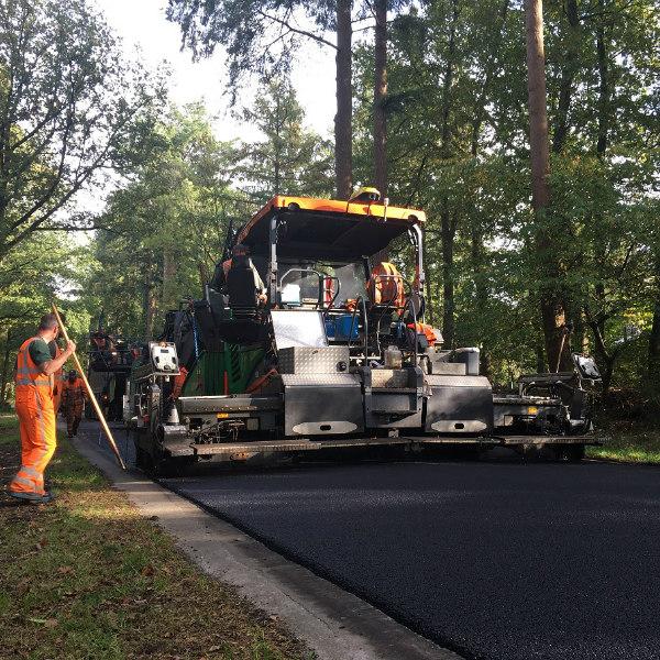 Toplaag van het vervangen door geluidsreducerend, circulair asfalt