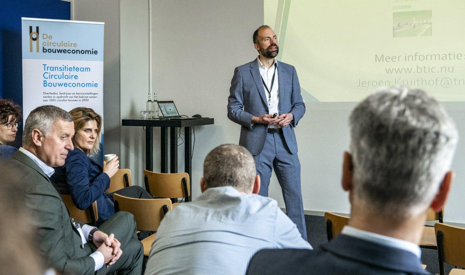 Jeroen Kruithof (TNO) vertelt over Innovatieprogramma Circulair Beton (levensduur en conditiebepaling) tijdens de Nationale Conferentie Circulaire Economie.