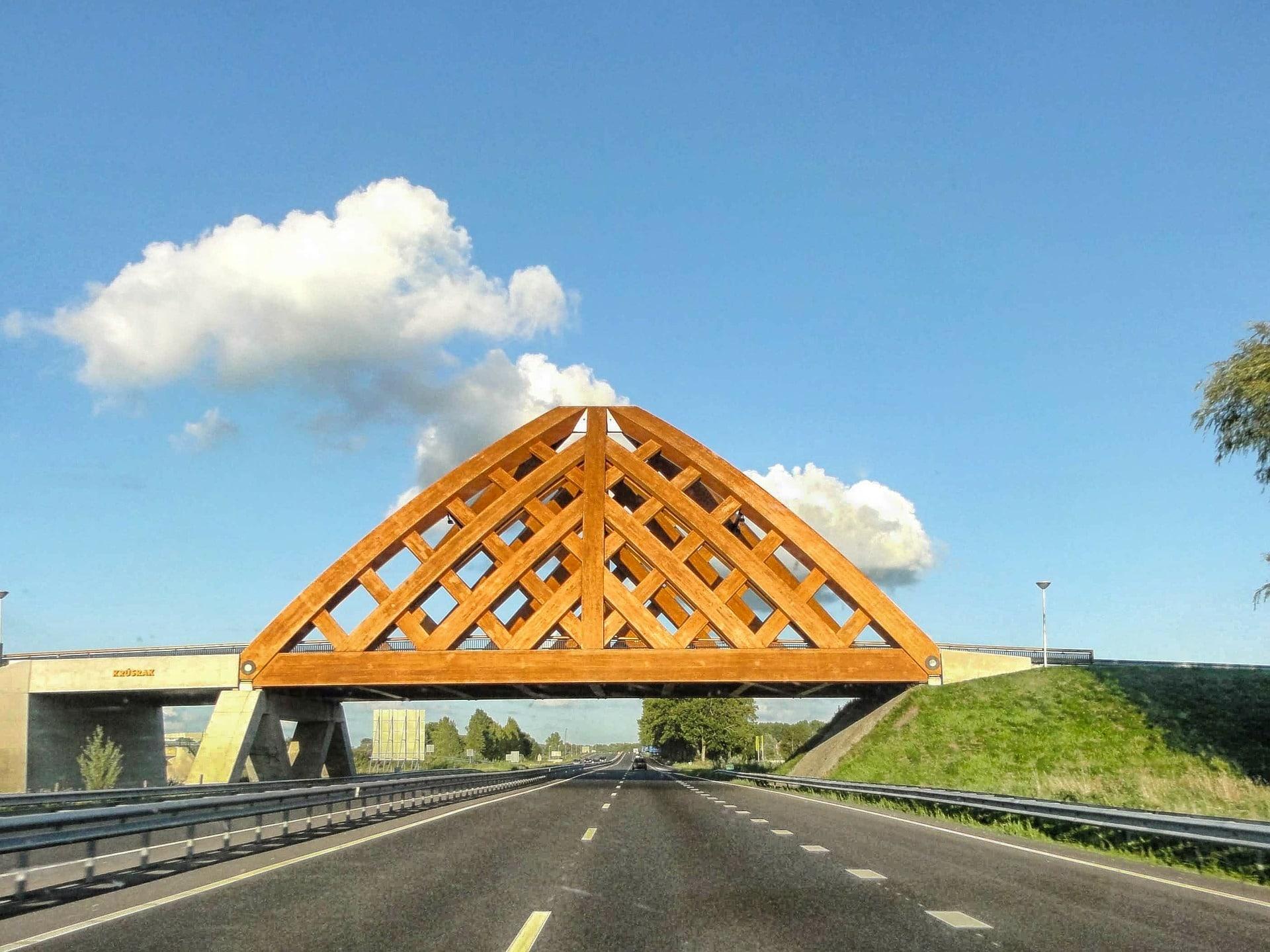 krusrak, houten brug over snelweg
