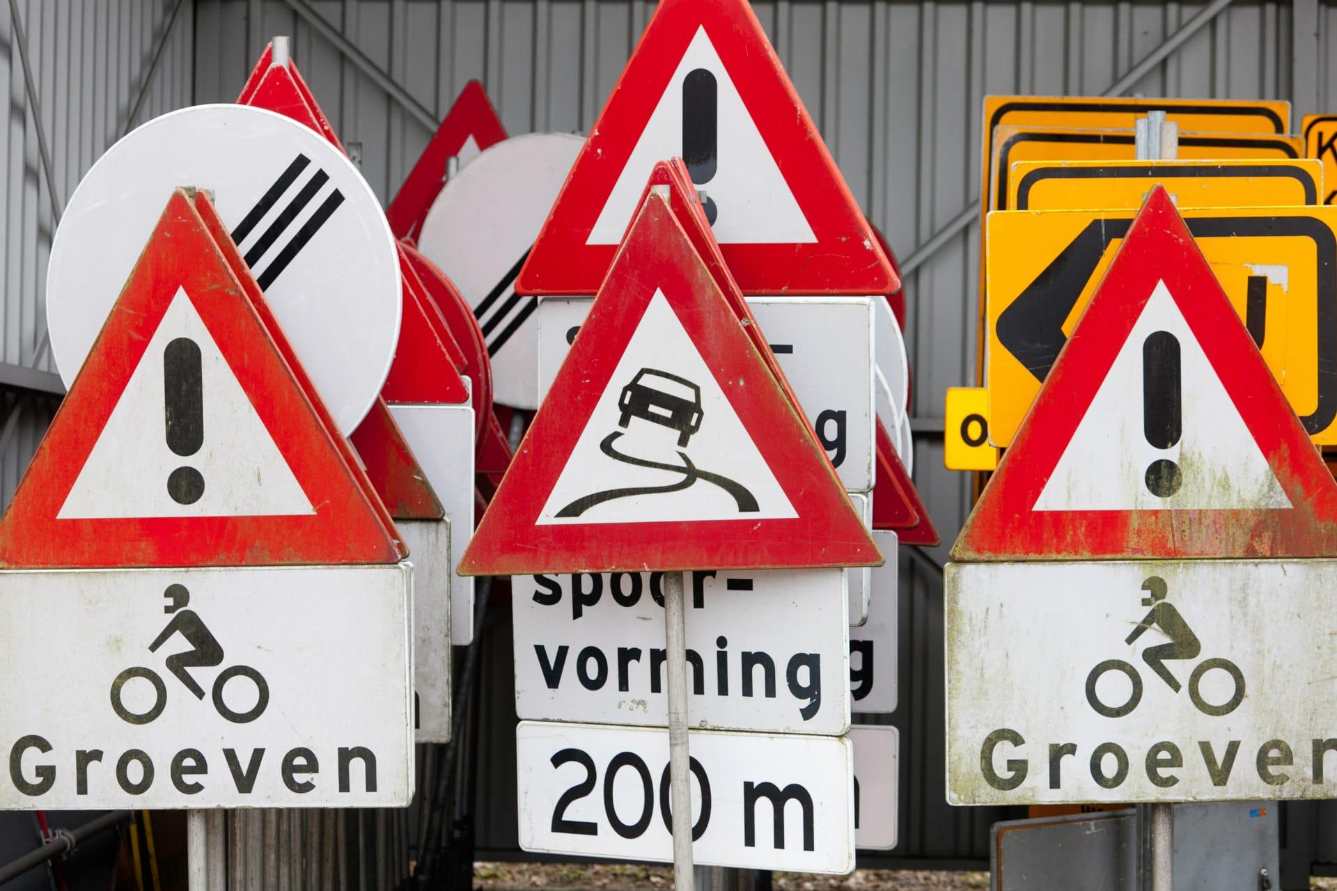 Verkeersborden in opslag - foto: Joep van Rheenen